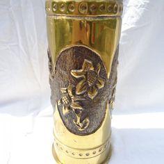 Rózsa mintás hadi emlék váza, töltény hüvely, 1 v.h., körben végig kidolgozott 4 pár virág van rajta.  1,6 kg., 26 cm. magas, lent 11 cm. az átmérője, fent 9,5 cm.