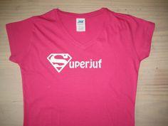 Een roze t-shirt bedrukt met superman logo, waarvan de tekst superjuf is gemaakt. Ideaal als afscheids kadootje voor een juf!