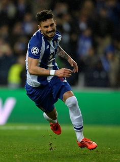 Alex Telles ( 11 m kop ) Alex Telles, Fc Porto, European Football, Europa League, Uefa Champions League, To My Future Husband, Football Players, Manchester United, My Boys