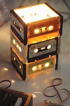 """DIY Luminária de Fitas Vintage: uma ideia bacana de um """"faça você mesmo"""" reaproveitando fitas k7! More on good ideas and DIY"""
