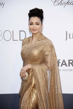 Jav I Aishwarya Rai wearing this gorgeous gold Sari at Cannes 2013 Bollywood Designer Sarees, Bollywood Fashion, Mangalore, Saris, Indian Dresses, Indian Outfits, Anarkali, Lehenga, Golden Saree