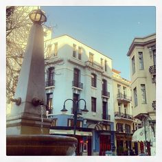 One of the most beautiful squares in Ladadika, as well as Thessaloniki in general, is the Petraki square with its wonderful little obelisk fountain. Commercial Street, Thessaloniki, Uber, Love Of My Life, Squares, Fountain, Greece, Most Beautiful, Walking
