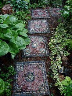 allée de jardin en mosaique de galets décoratifs colorés, plantes couvre-sol et ambiance zen