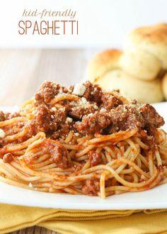 Super easy and delicious Kid-Friendly Spaghetti recipe - one the whole family loves! { lilluna.com } #spaghetti Effectivement c'est une sauce que les enfants adorent (1\2 boîtes de tomates broyées au pied mélangeur ,une de soupe tomate et une de pâte ,un peu moins d'eau et ajout de  1.c thé de poudre de chili ) C'est prêt en 10 min  à refaire certainement