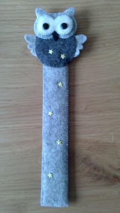 Boekenlegger naar een idee van de Vrolijke Viltvriendjes Homemade Bookmarks, Diy Bookmarks, Cross Stitch Bookmarks, Popsicle Crafts, Craft Stick Crafts, Felt Crafts, Felt Bookmark, Bookmark Craft, Easy Sewing Projects