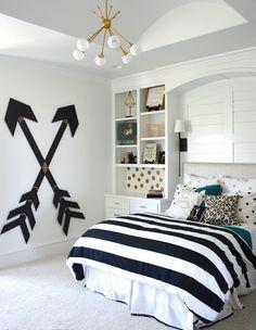 chambre de fille adolescente chic en noir et blanc décorée de lustre en laiton et pois dorés