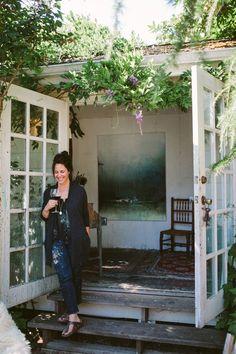 She shed inspiration. A lot of slight, French doors, and painting overalls ❤️ Trendy Mood, Garden Studio, Garden Art, Backyard Studio, Boho Home, Dream Studio, Painting Studio, News Studio, Studio Ideas
