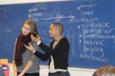 Anna - skolens kamppoesimester!  1STE møtte litt skeptiske opp på skolen forrige onsdag. Hva sto på programmet? Jo, en hel dag med poesi…