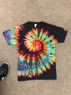 how to bleach tie dye vinyl for tie dye shirts camisa tie dye Reverse Tie Dye, Tie Dye Inverse, How To Tie Dye, Tie And Dye, Tie Dye Tips, Kids Tie Dye, Designs Tie Dye, Camisa Tie Dye, Diy Tie Dye Shirts