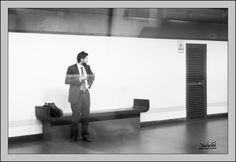 162/365 - Esperando su tren. Miguel A. de la Cal. Madrid. DelaCal. www.fotobodadelacal.es