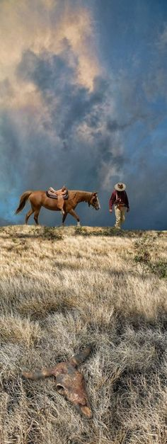 789 - photo: peter holme iii - Love the clouds and the unity of cowboy and horse - they are in it together Cowboy Art, Cowboy And Cowgirl, Westerns, Culture Art, Photo Animaliere, Texas Photography, Animal Photography, Into The West, Ranch Life