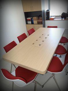 Mesa de reuniones con conexión eléctrica e Internet para varios computadores. Enchapado lamitech con cubierta engrosada.