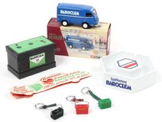 CORGI TOYS (GB) EX70516 RENAULT GOELETTE 1000 Kg 'BAROCLEM' bleu A+.a collection 'HERITAGE' - avec certificat de série limitée numéroté 375/2900 exemplaires, sachet de rétroviseurs, bulletin d'inscription au club & dépliant présentant les différents modèles de la marque - on y joint 6 objets se rapportant à la marque BAROCLEM (un cendrier en plastique, une boîte cartonnée en forme de batterie, 3 porte-clefs & un marque-page, ensemble en état 'a') 70€ Corgi Toys, Bulletins, Collection, Porte Clef, Certificate, Marque Page, Drum Kit, Plastic, Objects