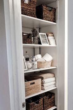 Open Bathroom, Bathroom Closet, Guest Bathrooms, Bathroom Shelves, Diy Living Room Decor, Living Room Shelves, Living Room Storage, One Room Apartment, Make A Room