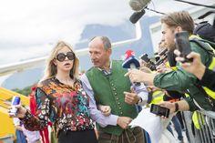 """Der """"Life Ball Flieger"""" mit Star-Gästen aus den USA landete Freitagmorgen am Salzburger Flughafen. Dort wurden sie mit Blasmusik und einem roten Teppich empfangen. Sie begaben sich anschließend auf die Spuren von """"The Sound of Music"""", bevor es weiter nach Wien zum Ball ging."""