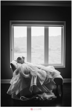 wedding dress pose by genevieve albert photographe, vignoble clos du vully