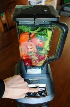 Making Tomato Vegetable Juice in the Ninja Blender–AKA: DIY Test Kitchen Tuesday vegtable smoothies Ninja Blender Recipes, Vitamix Recipes, Nutra Ninja Recipes, Ninja Juice Recipes, Ninja Smoothie Recipes, Tomato Juice Recipes, Salad Recipes, Vegan Recipes, Juice Smoothie