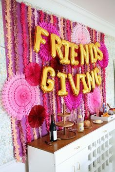 Thanksgiving: Trends for Thanksgiving Parties & Friendsgiving Tables. Step up your hostess game this Thanksgiving with some amazing trends for Thanksgiving Parties and Friendsgiving Tables! Thanksgiving Parties, Thanksgiving Decorations, Holiday Parties, Holiday Fun, Cheap Party Decorations, Thanksgiving Recipes, Streamer Decorations, Thanksgiving Pictures, Thanksgiving Tablescapes