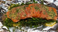 Campfire Cuisine: foil wrapped salmon with herbs and lemon Foil is the ultimate secret weapon when it comes to cooking while camping: little has to be doneto throw together something tasty, and clean… Tin Foil Meals, Foil Packet Meals, Foil Dinners, Roasted Salmon, Grilled Salmon, Foil Wrapped Salmon, Salmon Foil, Campfire Food, Campfire Recipes