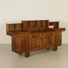 Mobile credenza progettata da Silvio Coppola nel 1964, comprende le caratteristiche ceramiche (due di quattro); legno impiallacciato noce. Buone condizioni, presenta piccoli segni di usura.