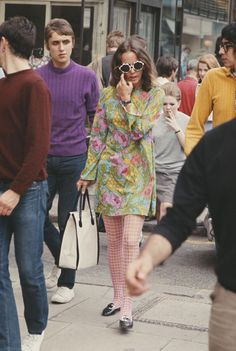"""isabelcostasixties: """"Swinging London Kings Road in Chelsea, London during the summer of """" 60s Fashion Trends, 60s And 70s Fashion, 70s Inspired Fashion, London Fashion, Retro Fashion, Vintage Fashion, Womens Fashion, 1960s Fashion Hippie, Bohemian Fashion"""
