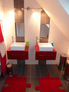 The bathroom sees red - Trendy Home Decorations Bathroom Red, Bathroom Floor Tiles, Small Bathroom, Bathroom Ideas, Bathroom Accessories Uk, Ceramic Tile Backsplash, Small Sink, Toilet Design, Kitchen