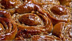 El golfeado es un pan dulce típico de la gastronomía venezolana que consiste en una masa que se enrolla de manera similar a un caracol, por lo que es muy parecido a los famosos rollos de canela. En sus pliegues está relleno con una mezcla de papelón rallado y queso blanco, aromatizados con anís en especie y horneados. Foto cortesía Carol Gourmet Cocina Estos pancitos enrollados se han convertido en uno de los dulces preferidos de los venezolanos. Se consiguen en cualquier panadería del país…