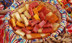 Em uma cesta decorada com fitas coloridas, coloque docinhos deliciosos. Algumas sugestões: pé-de-moleque, doce de abóbora e pão de mel