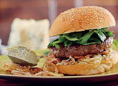 Hambúrguer com gorgonzola, cebolas crocantes e agrião (Foto: Rogério Voltan/Editora Globo)