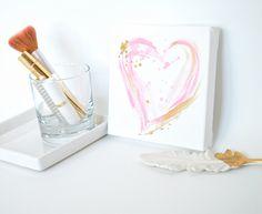 Pintura de acrílico original, pintado a mano sobre lienzo estirado. Pintura 3D especial se utiliza para lograr la apariencia de martillado del oro!  Añadir un toque de glamour con esta pieza a su dormitorio, walk-in-closet o cuarto de su bebé. La pieza también haría un único cumpleaños, babyshower o regalo de San Valentín! ---------------------------------------------------------------------------------------------- Este es el listado resumen oro y rosa arte de corazón. (6 x 6 x0.75 canvas)…