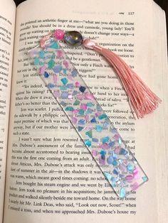 Diy Resin Art, Diy Resin Crafts, Uv Resin, Biscuit, Beaded Bookmarks, How To Make Bookmarks, Book Markers, Resin Artwork, Kawaii Accessories
