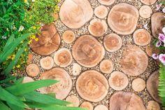 11 recent concepts for adorning your backyard with logs Garden Nook, Garden Oasis, Die Stämme, Floating Garden, Tiered Garden, Tree Trunks, Gras, Staircase Design, Autumn Trees