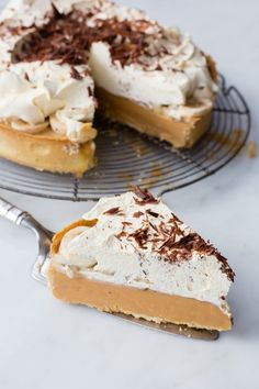 This Thermomix Banoffee Pie is the perfect combination of pastry, caramel, fruit, cream and chocolate. The ideal recipe for anyone with a sweet tooth. Banoffee Pie, Yummy Snacks, Snack Recipes, Dessert Thermomix, Thermomix Cheesecake, Caramel, Light Soups, Shortcrust Pastry, Pancakes Easy