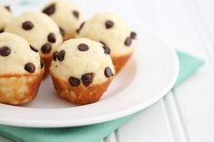 Mini Chocolate Chip Pancake Muffins-Sounds simple & delicious! Think I am going to pick up some bisquick! Lol Pancake Bites, Pancake Muffins, Breakfast Muffins, Breakfast Recipes, Breakfast Potatoes, Breakfast Club, Köstliche Desserts, Delicious Desserts, Yummy Food