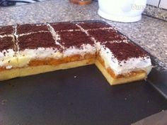 Marhuľový koláč s pudingom a šľahačkou