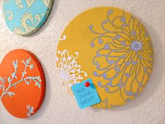 Eine schöne Idee und sicher auch ein tolles Geschenk. Tutorial Korkboards von Sew Much Sunshine: What a great idea for a gift! Tutorial corkboards by Sew Much Sunshine: