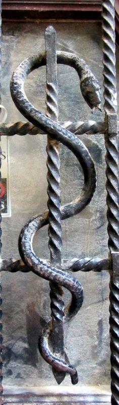 Serpent sur porte, cour du Corbeau, Strasbourg