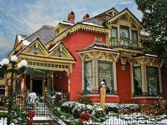 Décoré de vacances Maison victorienne avec de la neige Banque d'images - 15294675