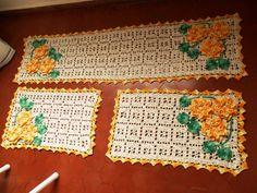 Jogo de cozinha em crochê com flores feito com fio barroco, pode ser feito em outras cores. Peça já o seu de um toque todo especial para o lugar mais aconchegante da casa!    Tamanho: Passadeira 1, 65 x 45  Tamanho: Tapetes menores 75 x 45 R$ 252,00