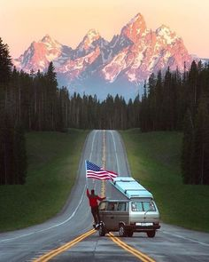America's Most Visited National Parks. For lovers of the great outdoors America offers many National Parks for visitors to explore on their holidays to the USA. I Love America, God Bless America, Grand Teton National Park, National Parks, Happy Independence Day Usa, Presidente Obama, Patriotic Pictures, Teton Mountains, Destinations