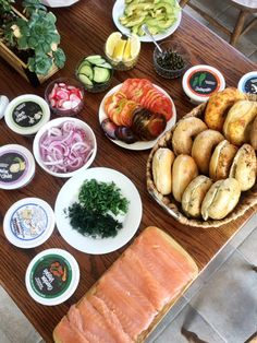 How to create the perfect bagel bar with Bruegger's Bagels Catering! Easter Dinner, Easter Brunch, Lox And Bagels, Bruegger's Bagels, Brunch Menu, Brunch Ideas, Bagel Bar, Back To School Breakfast, Kind Bars