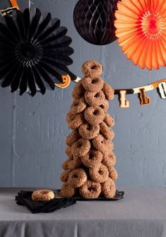 Donuts and apple juice are always a classic combination. And a donut tree is a fun way to display your treats. steps for making your own donut tree. Would be cute with donut holes too Halloween Donuts, Pasteles Halloween, Halloween Food For Party, Holidays Halloween, Halloween Treats, Happy Halloween, Halloween Foods, Halloween House, Diy Halloween