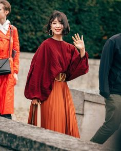 Park Shin Hye Hits Fashion Home Run in Valentino at Paris Fashion Show Mode Outfits, Skirt Outfits, Fashion Outfits, Womens Fashion, Fashion Trends, Fashion Ideas, Look Street Style, Street Styles, Spring Street Style