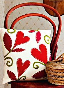 Corte moldes de flores o frutas en retazos de telas, hilvane con aguja e hilo y de color a una habitación.