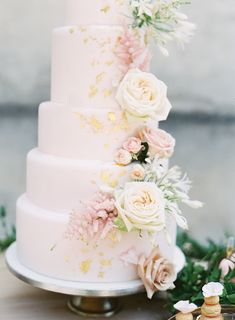 blush pink and gold wedding cake | Photography: Jacqui Cole