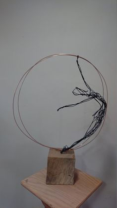 Sculptural wire of a ballet dancer, surrounded by two copper rings . - Sculptural wire of a ballet dancer, surrounded by two copper rings …, # Ballet dancer - Wire Art Sculpture, Abstract Sculpture, Bronze Sculpture, Wire Sculptures, Diy Crafts You Can Sell, Sell Diy, Sculpture Romaine, Sculptures Sur Fil, Copper Rings