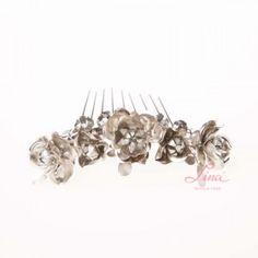 PEINA METAL FLORES Peina de metal plateado de la prestigiosa marca de complementos DUBLOS realizada con 5 flores de diferentes tamaños y montadas en un peinecillo con púas de metal plateado envejecido.     MEDIDAS (sin púas):  ALTO: 3,00 CM ANCHO: 14,00 CM PÚAS: 7,50 CM PVP: 131.50 €