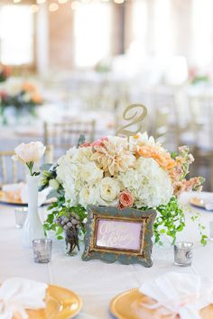 These centerpieces from Thistle Floral Designs are gorgeous and go perfectly with Hannah and Eric's vintage glam wedding theme! Captured by Ben Q. Photography. #bridesofnorthtx #weddings #centerpieces