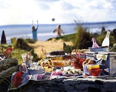 25 Romantic Little Foods to Bring on a Picnic Date ~ how I love picnic dates!