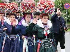 17-18 במאי יריד התלבושות המסורתיות השנתי אנשים באים לבושים בתלבושות מסורתיות, שוק של בעלי מלאכה ומוצרים הקשורים באמנות התלבושות, הופעות, מוסיקה  והפנינג, בכיכר העירייה בבאד-דורהיים